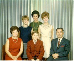 Фотографія родини Юзиків з нагоди його призначення в Сенат Канади прем'єр-міністром Джоном Ґ. Діфенбейкером, 4 лютого 1963 року.